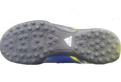 נעל כדורגל עם פקקים מסוג זה מיועדת למשטחי דשא סינטטי או למגרשים קשים השוחקים את הסוליה