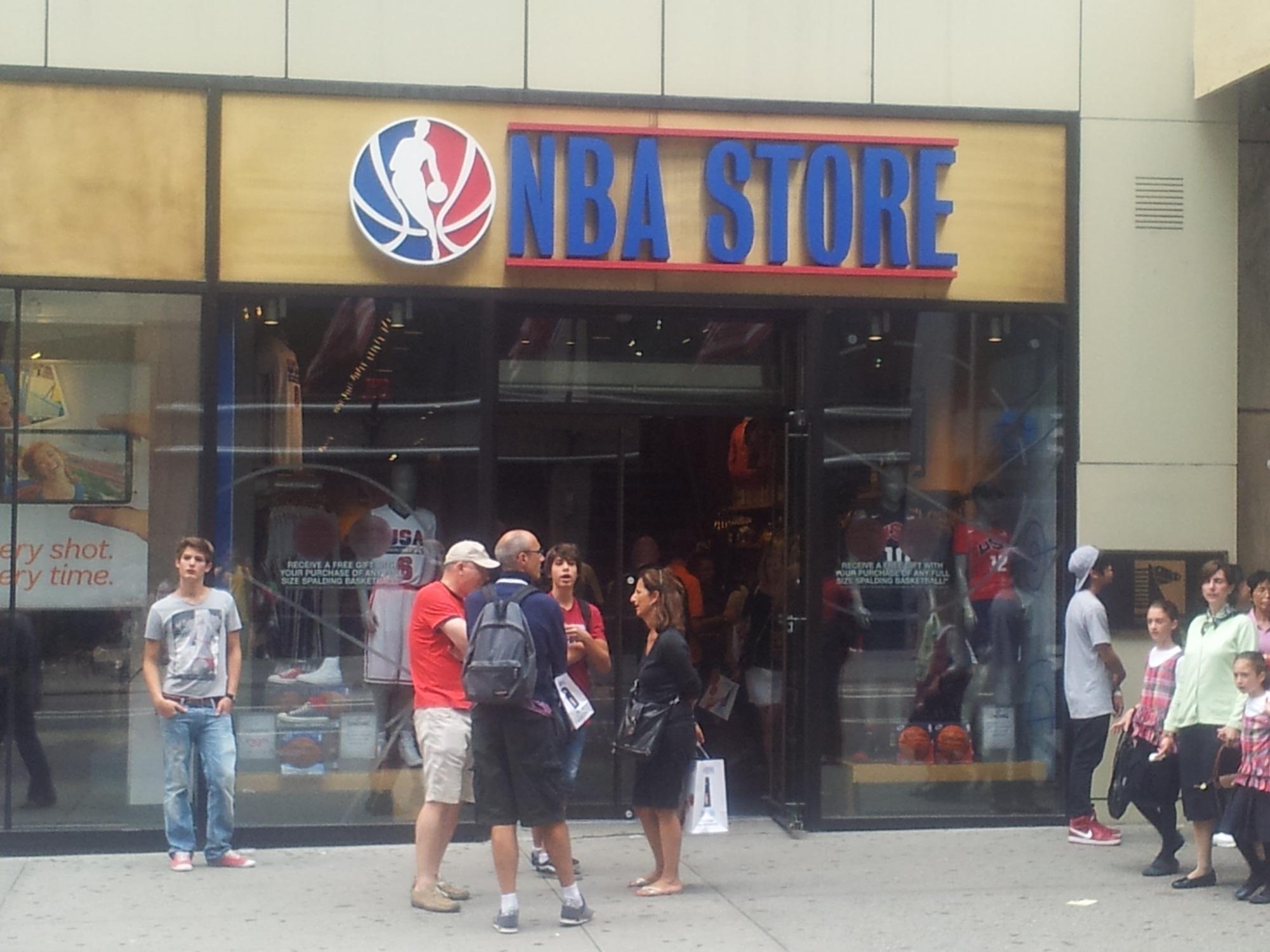 חנות ה NBA בעיקר מוצרים השייכים לליגה ופחות לכדורסל.
