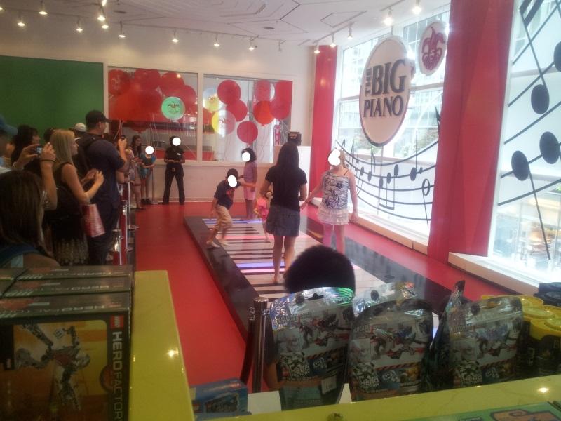 הפסנתר הגדול בחנות שוורץ צעצועים