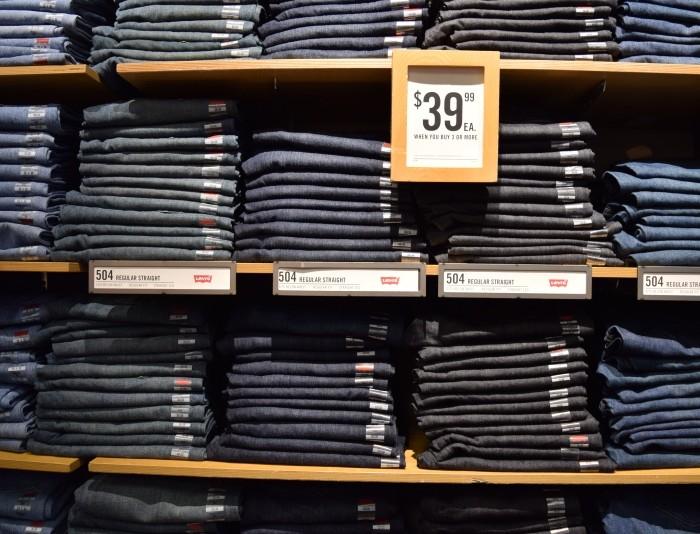 ליוויס כאשר קונים 3 ג'ינסים כל ג'ינס עולה 40