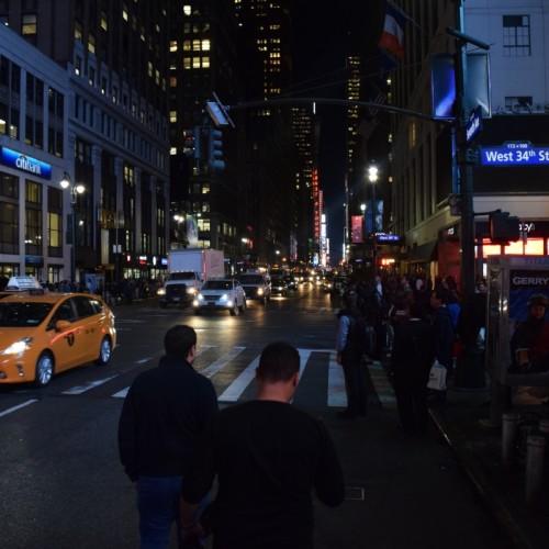 הרחוב והסביבה שמחוץ למלון מאוד עמוסים