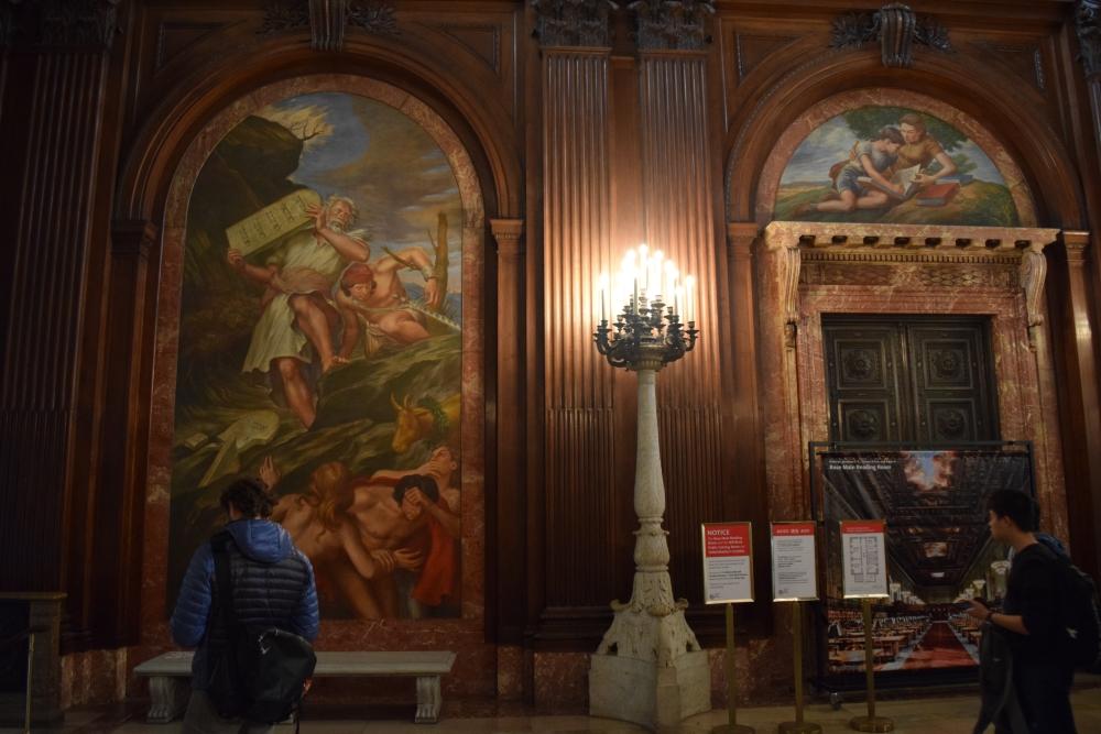 מסדרון מרכזי בספרייה
