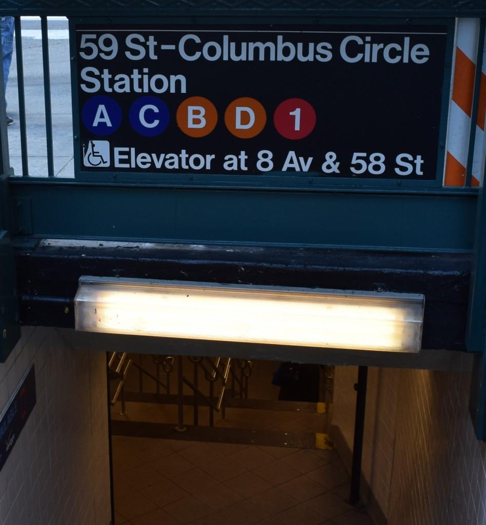 זה שלט שאומר שכאן הכניסה לכל כיווני הנסיעה. אבל אם אתם רוצים מעלית זה מעבר לכביש.
