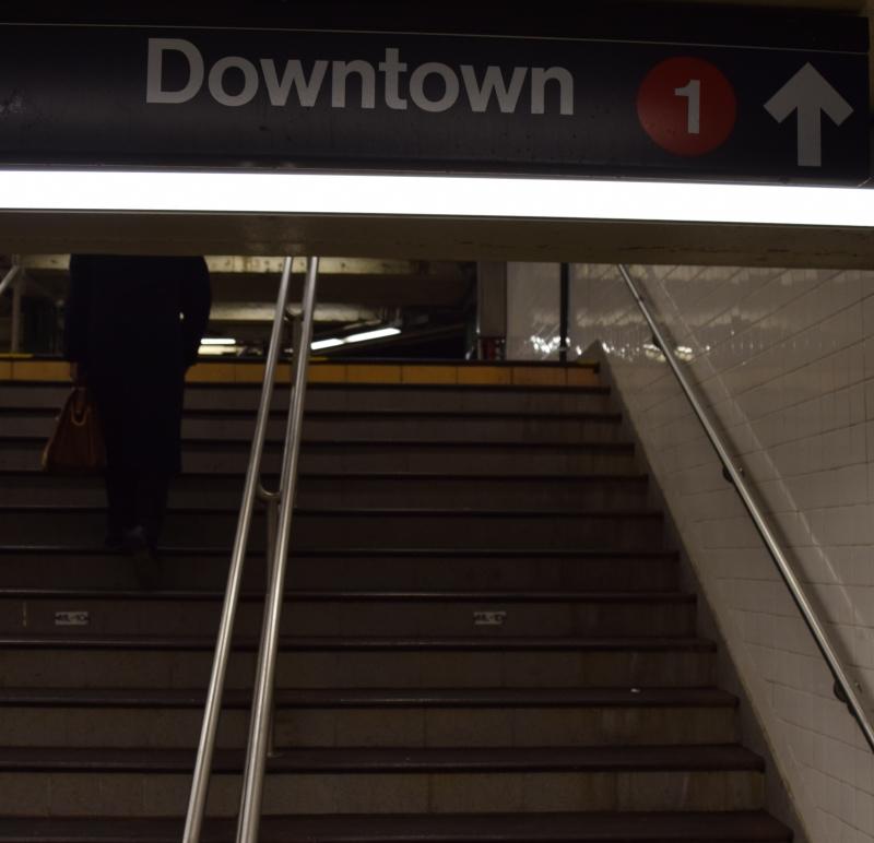 זה שלט בתוך התחנה. והוא אומר שישר זו רכבת 1 אבל רק עבור אלו שרוצים לנסוע דאונטאון. אפטאון זה במקום אחר.