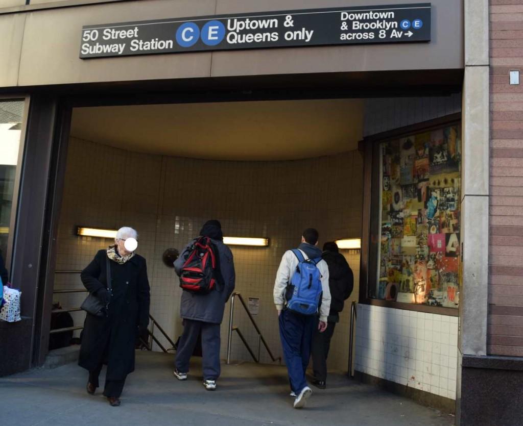 זה שלט מחוץ לתחנה שאומר שכאן יורדים רק אלו שרוצים להגיע לאפטאון, לדאונטאון יש כניסה אחרת מעבר לשדרה