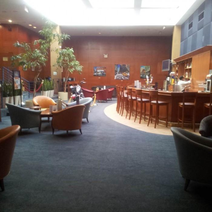 הבר וחלק מהלובי בכניסה למלון למלון מלון הולידיי אין רחוב 57