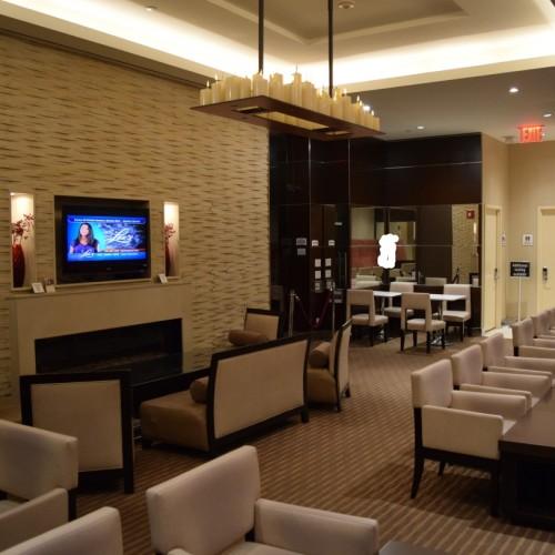 לובי מלון פיירפילד טיימס סקוור, נמצא בחדר אחורי ביחס לקבלה