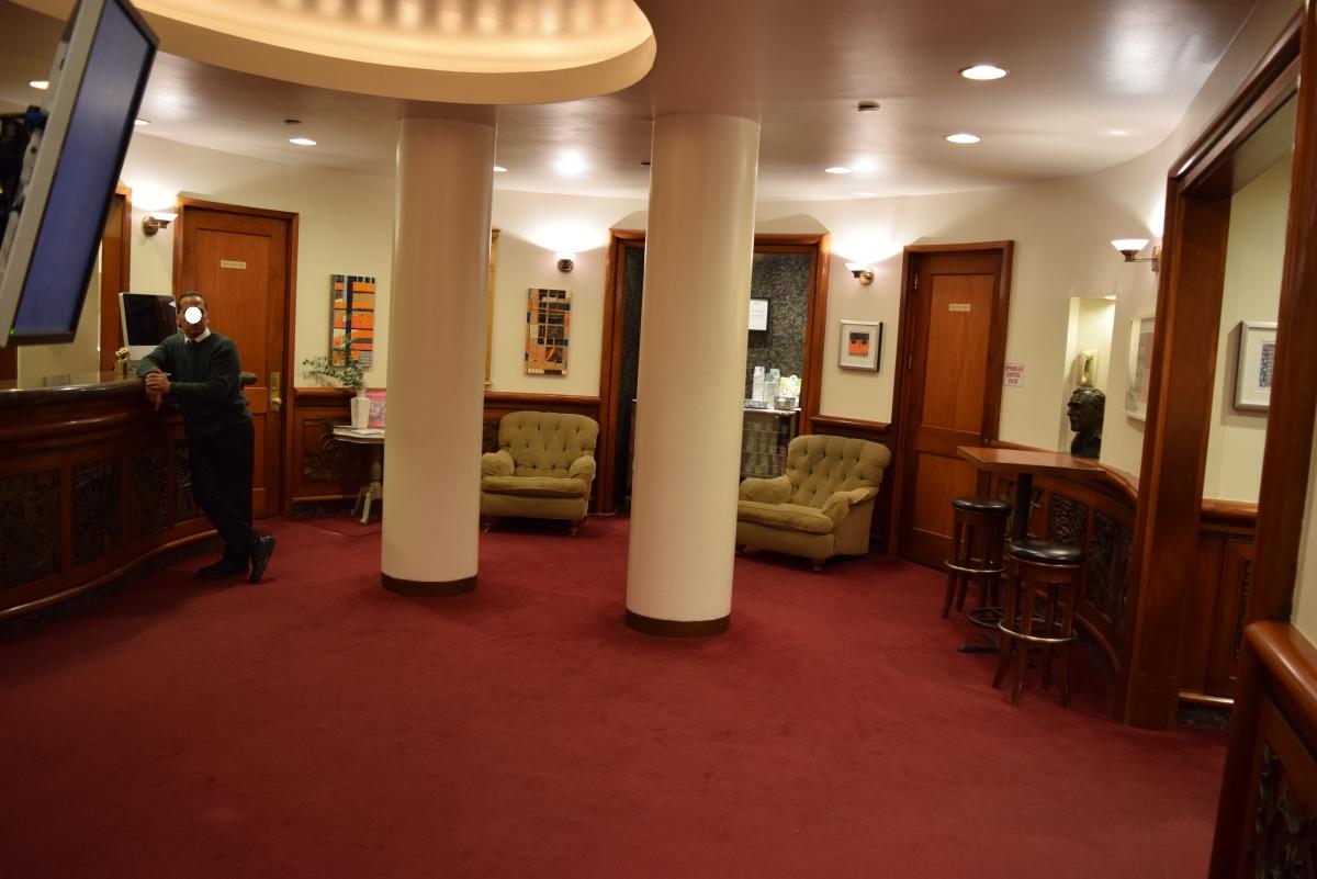 הלובי של מלון רוג'ר סמית'