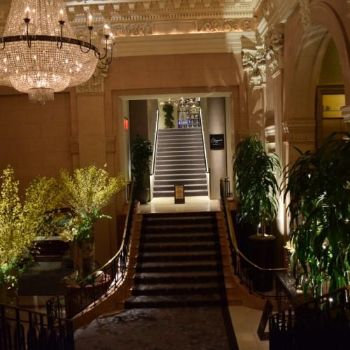 אחד מהמסדרונות המובילים מהכניסה אל הלובי במלון הפנינסולה