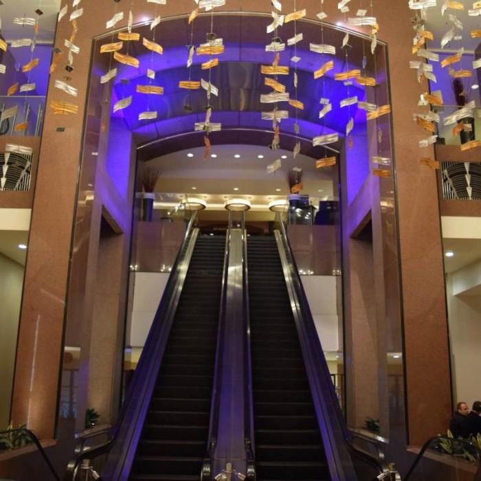 המלון מתחיל בקומה השלישית וככה עולים אליה מלון קראון פלאזה ניו יורק