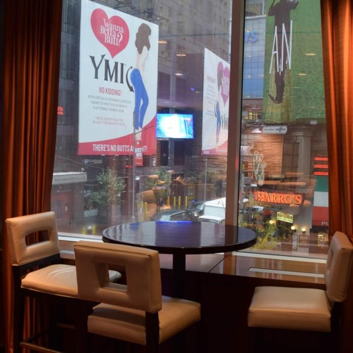 הנוף מהלובי אל שדרות ברודווי מלון קראון פלאזה ניו יורק