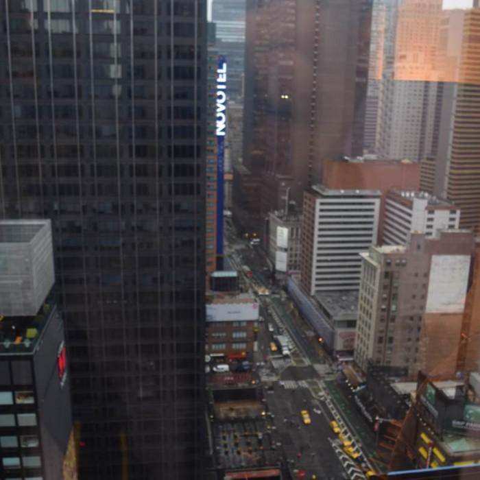 הנוף מהחדר אל שדרות ברודווי, בערך מקומה 40 מלון קראון פלאזה ניו יורק