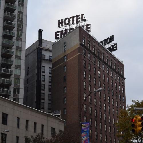המנועים שנמצאים על הבניין הנמוך הם אלו שגורמים לרעש מלון אמפייר