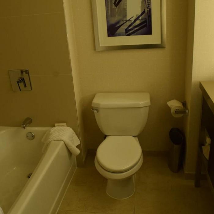 חדר האמבטיה מלון סוויטות הילטון טיימס סקוור ניו יורק