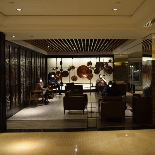 הלובי מחולק להרבה פינות קטנות מלון הילטון מידטאון ניו יורק
