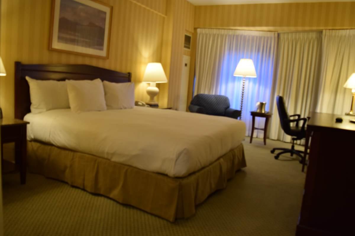 חדר לא משופץ עם מיטת קינג מלון הילטון מידטאון ניו יורק