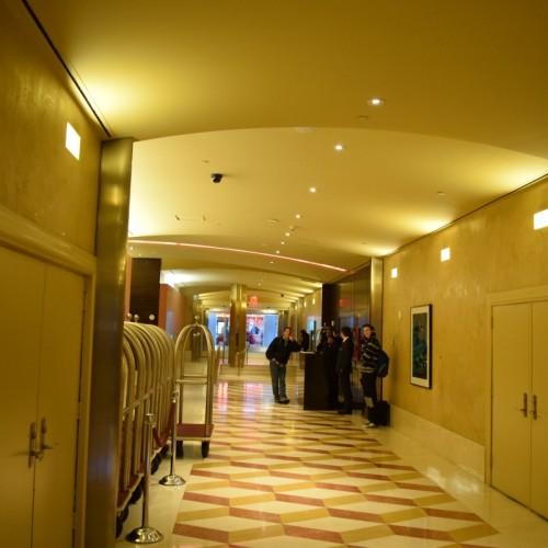 הכניסה בקומת הקרקע למלון הילטון טיימס סקוור