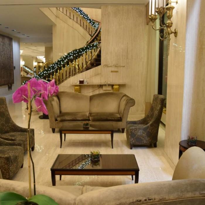 לובי החלק הקדמי, שימו לב שהספות דהויות מלון פארק ליין ניו יורק