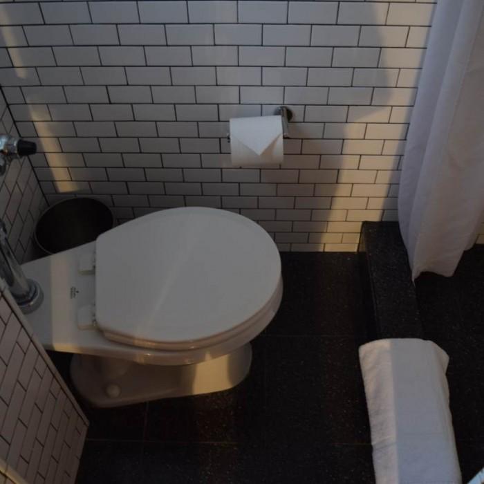השרותים בחדר מלון פוד 51 ניו יורק