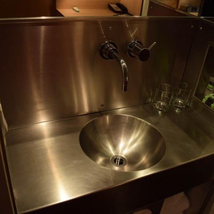 לכיור אין מקום במקלחת והוא נמצא ליד המיטה מלון פוד 51 ניו יורק