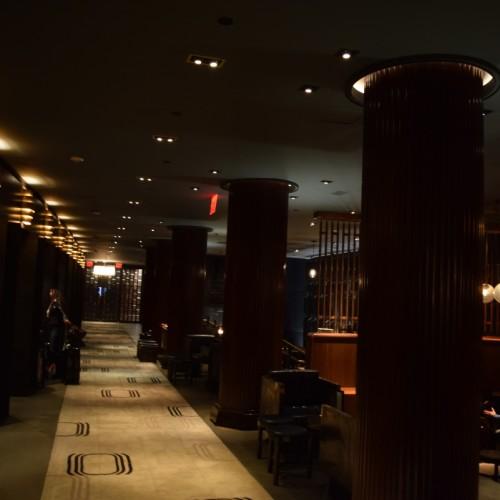 מבט לאורך הלובי (מימין) ועמדות הקבלה משמאל מלון רויאלטון ניו יורק