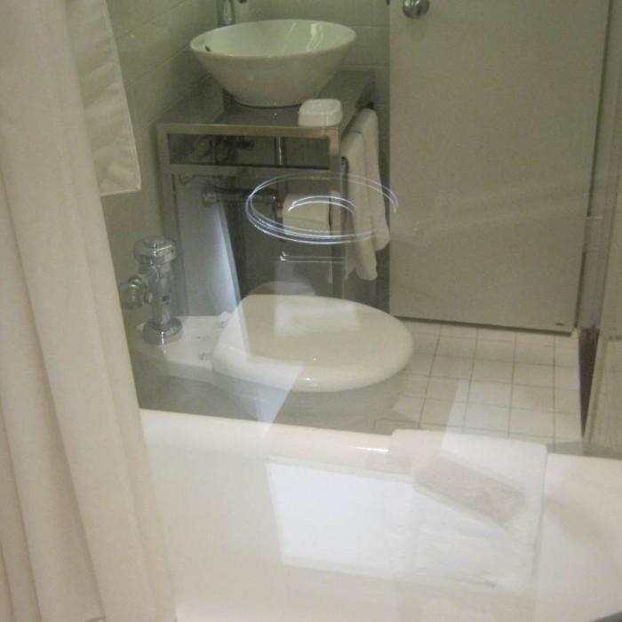 חדר האמבטיה במבט מהזכוכית שמפרידה בינו לבין חדר השינה מלון האדסון ניו יורק