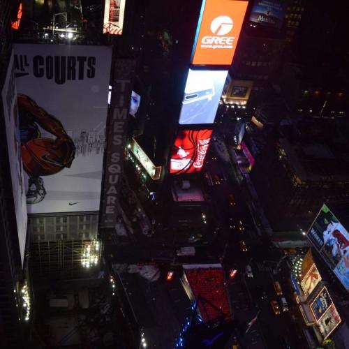 בלילה נוף לטיימס סקוור מהקומה ה- 39 מלון מריוט מרקיז ניו יורק