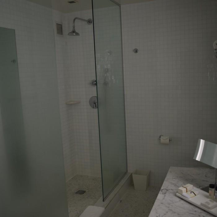 חדר האמבטיה, סביר וגדול אך מתחת לרמת החדר מלון לונדון ניו יורק