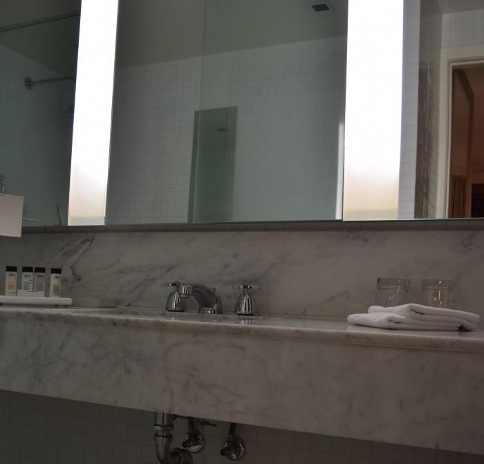 חדר האמבטיה מלון לונדון ניו יורק