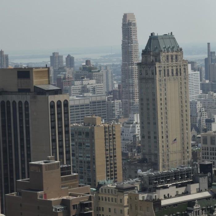הנוף, בהרבה מהחדרים הנוף הוא גוש בניינים (פחות טוב מכאן) מלון לונדון ניו יורק