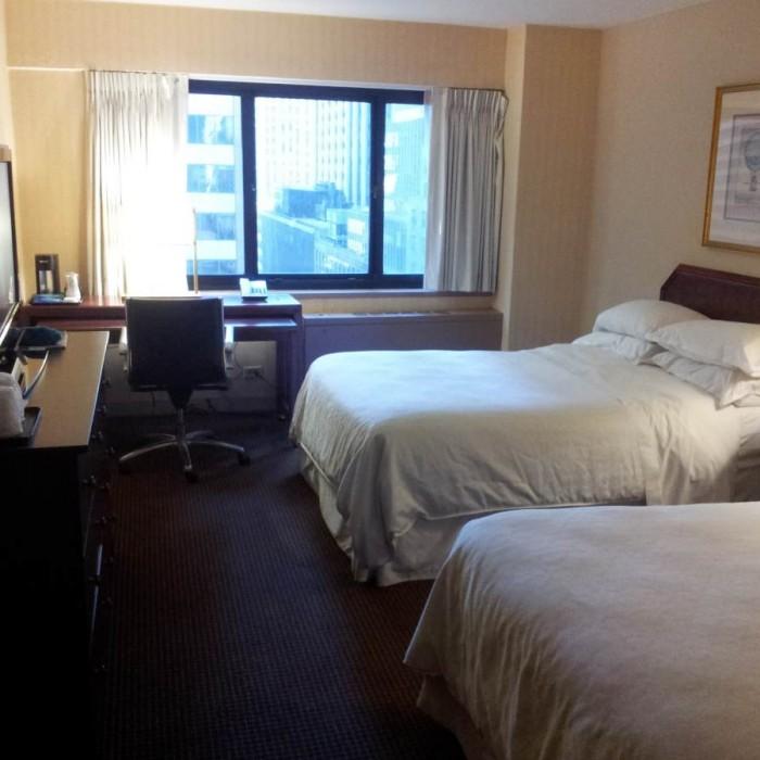 החדר עם שתי מיטות קווין (יש קטנים יותר) מלון The Manhattan at Times Square Hotel
