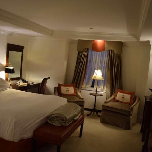 חדר עם מיטת קינג במלון מיכאלאנג'לו