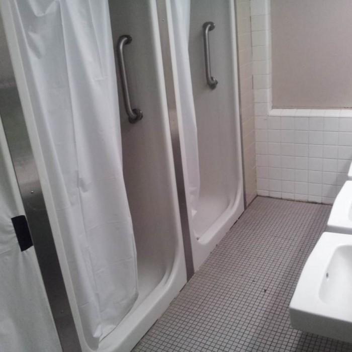 המקלחת המשותפת מלון YMCA ווסט סייד ניו יורק