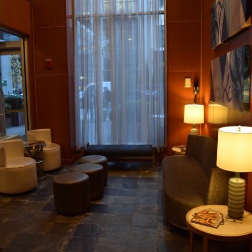 לובי קטנטן בכניסה. בנוסף יש עוד מתחם אוכל וישיבה מלון הילטון דבל טרי צ'לסי ניו יורק