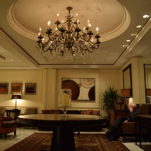 פינת ישיבה בלובי מלון אומני ברקשייר פלייס