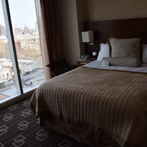החדר שימו לב לחלון הגדול שמתחיל ברצפה מלון ווינדהאם צ'יינה טאון ניו יורק