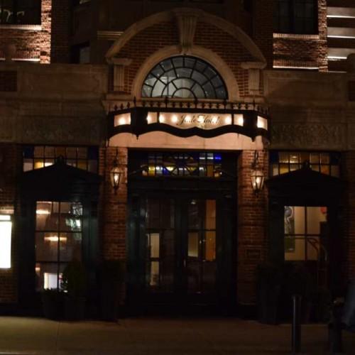 דלת הכניסה מלון ג'ייד Jade Hotel
