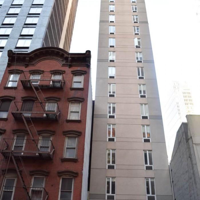 המלון - הבניין המאורך והצר מלון קומפורט אין טיימס סקוור ניו יורק