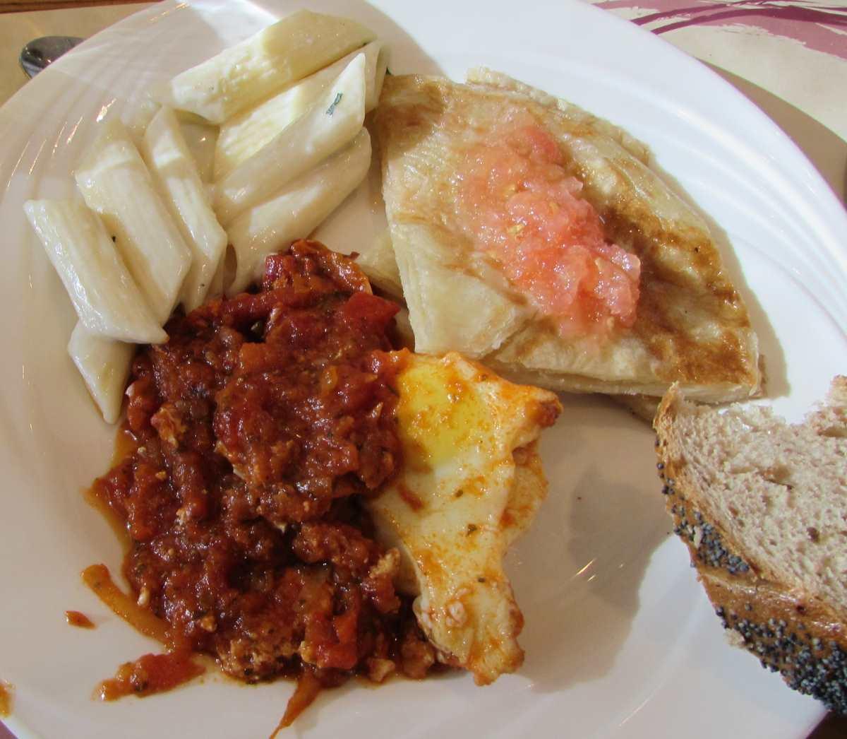 שקשוקה (טובה), סלט פסטה, ג'חנון ארוחת בוקר מלון קראון פלאזה