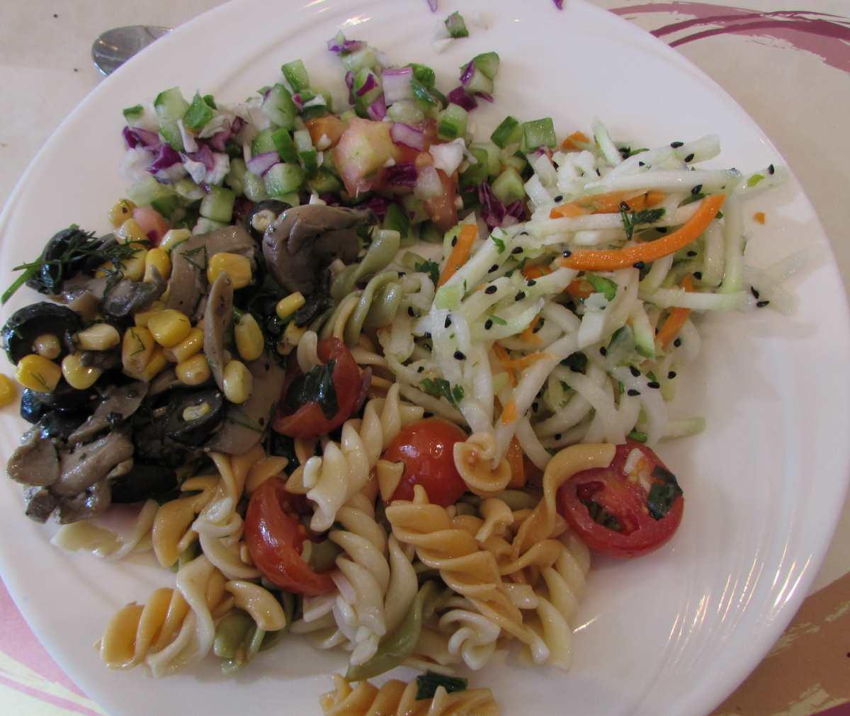סלט כולורבי וגזר (טוב), סלט ירקות (טוב), סלט פסטה וסלט פטריות ארוחת בוקר מלון קראון פלאזה