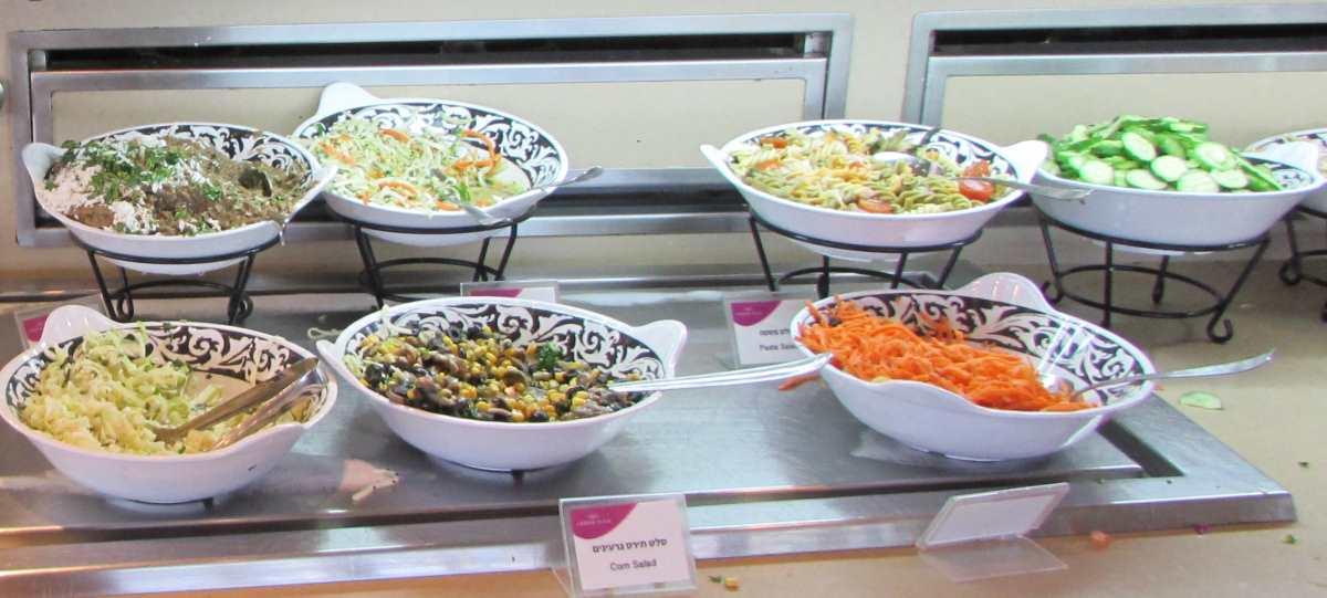 סלטים ארוחת בוקר מלון קראון פלאזה