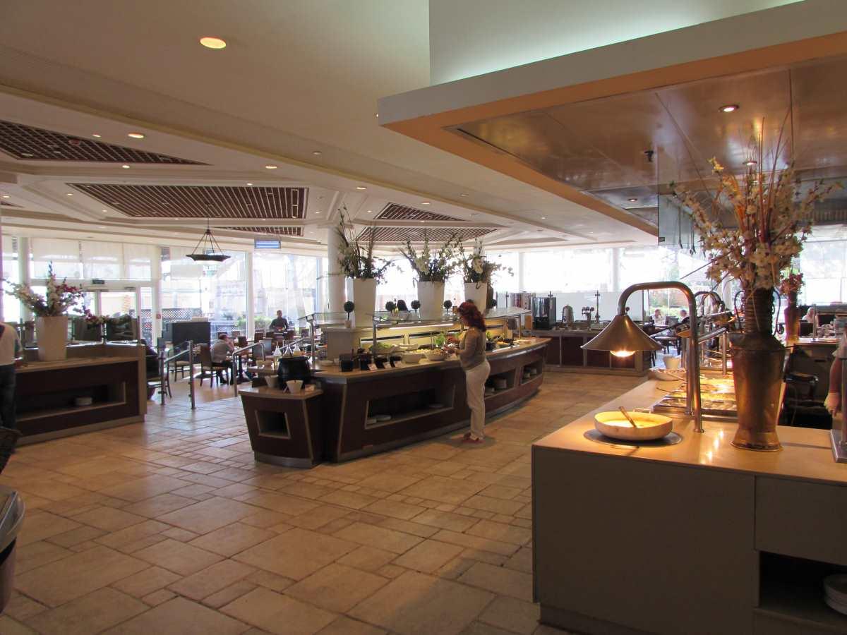 חדר אוכל ארוחת בוקר מלון קראון פלאזה