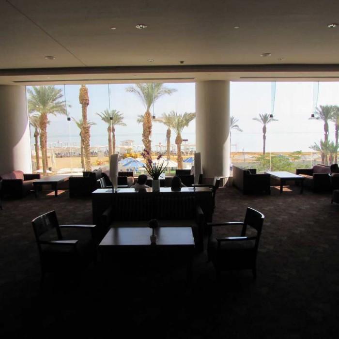 הלובי פונה לים מלון קראון פלאזה ים המלח