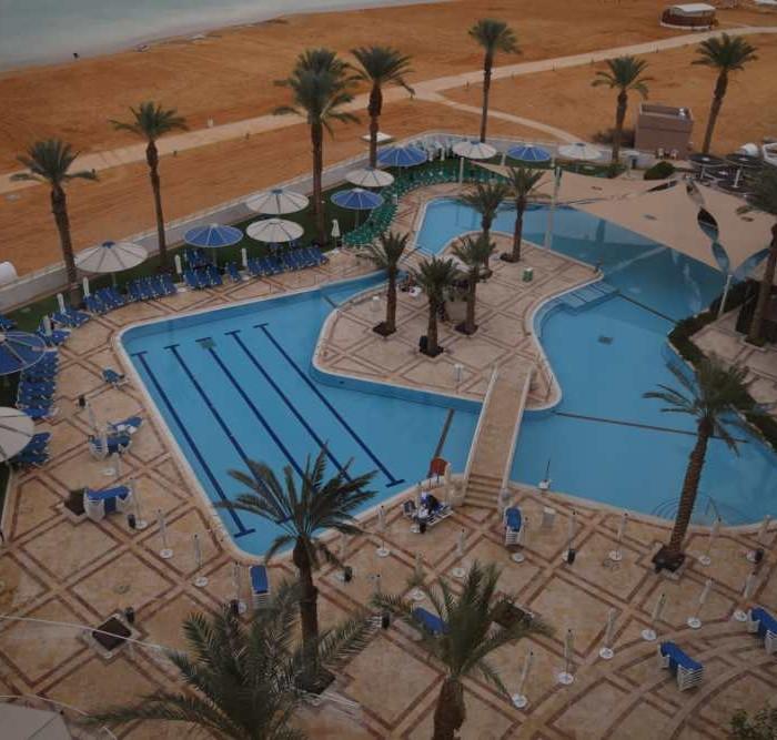 הבריכה מלמעלה מלון קראון פלאזה ים המלח