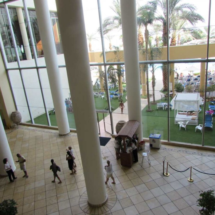 המעבר לבריכה מלון דניאל ים המלח