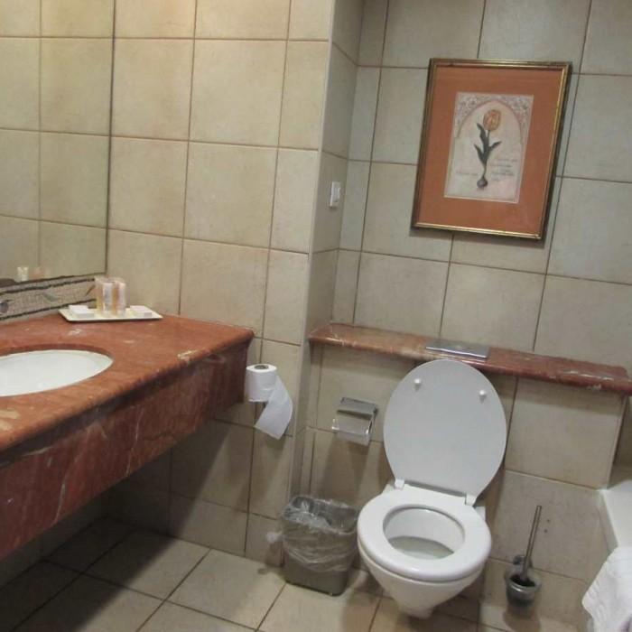 חדר האמבטיה מלון דניאל ים המלח