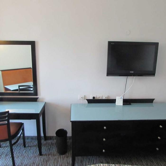 טלוויזיה ושולחן כתיבה מלון דניאל ים המלח