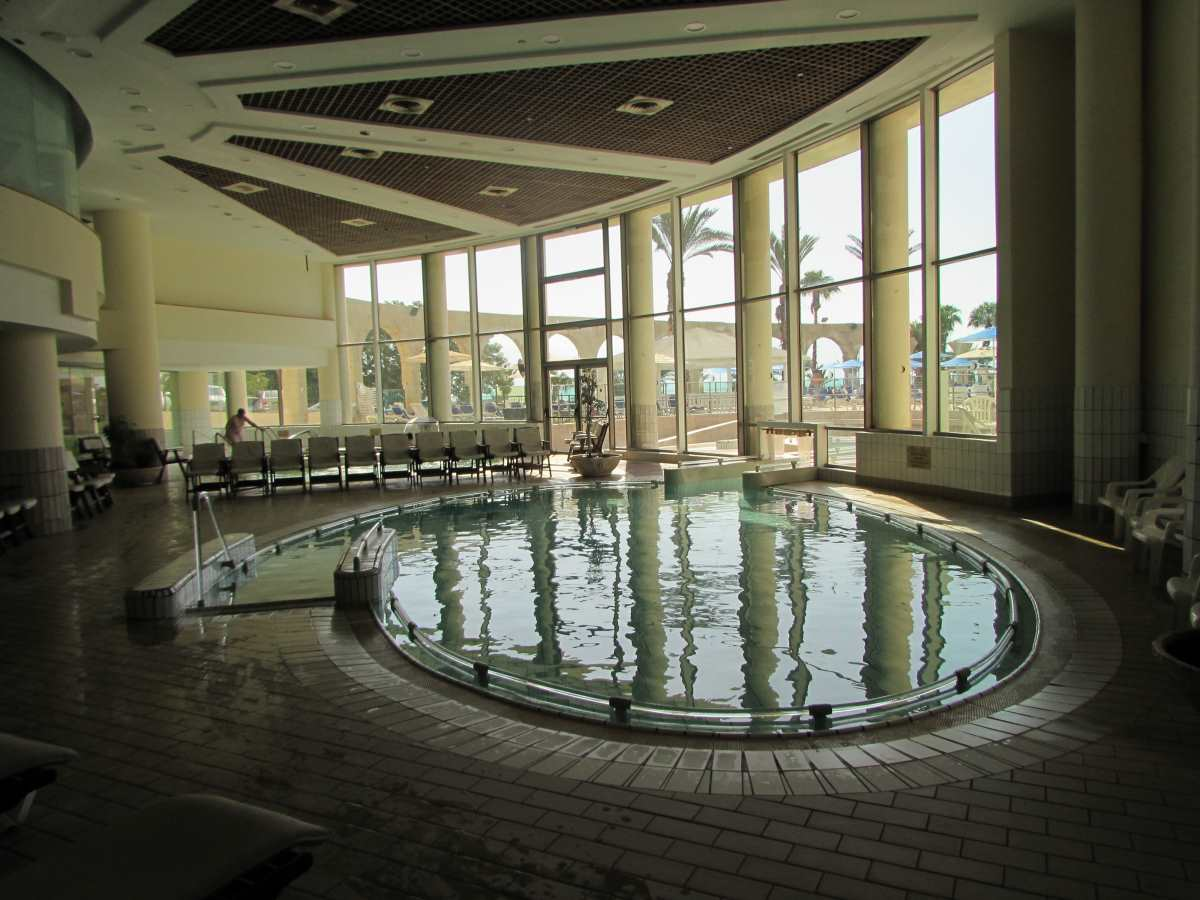 מבט כללי על הספא, זו בריכת מלח שיש לה יציאה (בשחייה) אל בריכה חיצונית ספא מלון דניאל ים המלח