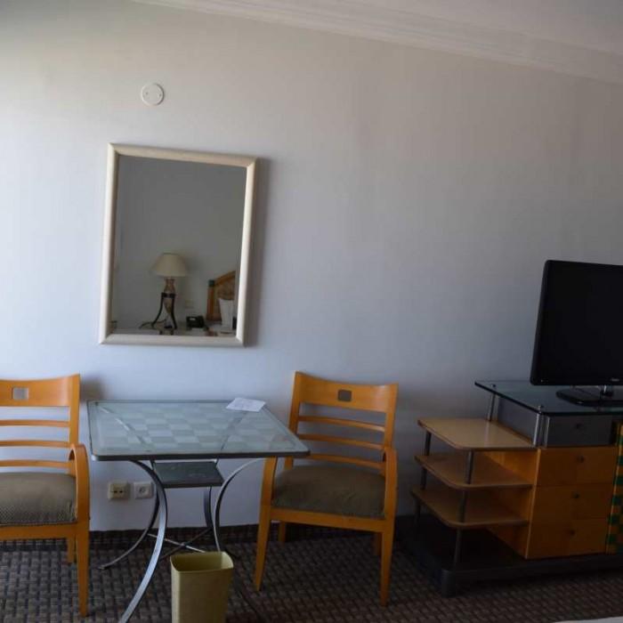 טלוויזיה ושולחן החדר מלון דיוויד ים המלח