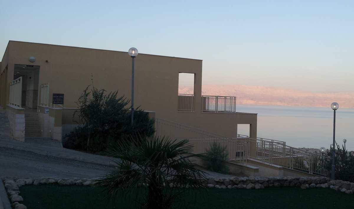 מבנה האכסניה הוא ביתנים פזורים ובינהם בעיקר בטון ומעט ירוק  אכסניית עין גדי ים המלח